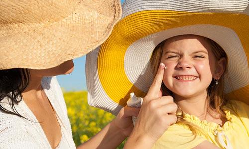 cẩn thận khi sử dụng kem chống nắng cho trẻ